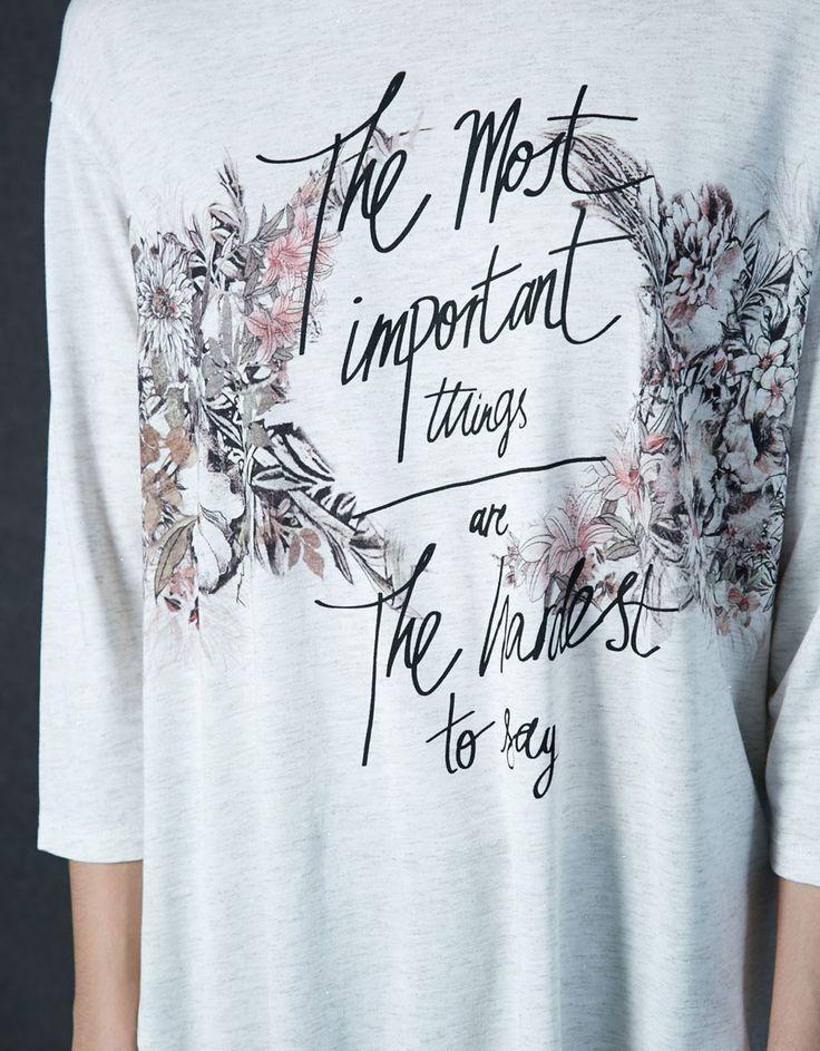 Camiseta estampado flores. Descubre ésta y muchas otras prendas en Bershka con nuevos productos cada semana