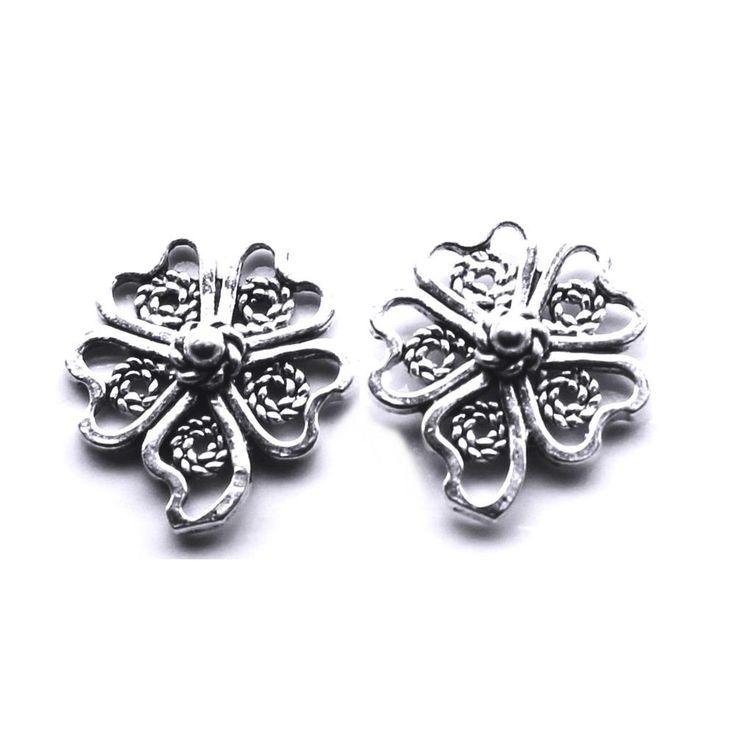Cercei din argint trifoui cu patru foi in categoria bijuterii norocoase. https://www.bespecial.ro/blog/2017/12/14/bijuterii-argint-talismane-pietre/