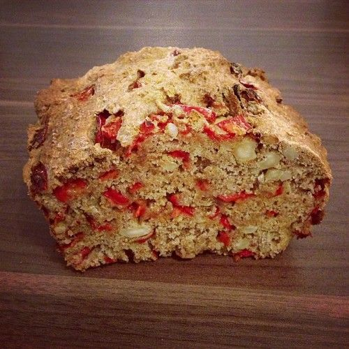 Vollkornbrot mit Paprika und Cashew = whole wheat bread with cashews and red peppers