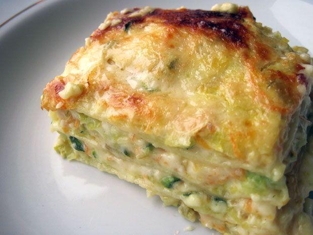 Le lasagne alle verdure si preparano lavando le verdure e cuocendole in padella unendole per poi utilizzare il composto per farcire la pasta per lasa...