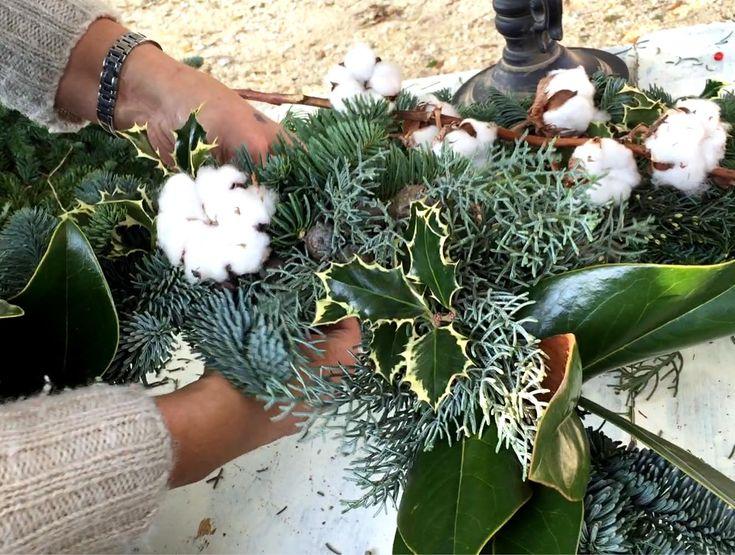 #GHIRLANDE NATALIZIE IN STILE #NORDICO (#VIDEO #TUTORIAL) Fiocchi di #cotone, #cannella, #agrifoglio e abete nordico sono solo alcuni degli elementi che Simona Nannelli utilizzerà nella lezione realizzata per Stile Naturale sulla creazione delle ghirlande di #Natale in stile nordico. Guarda il video! #ghirlandedinatale #addobbinatalizi #decorazioninatalizie #christmaswreath #workshop #wreathtutorial #sprucewreath #spruce #ilex #cypress #pine #cotton #florence #tuscany #handmade