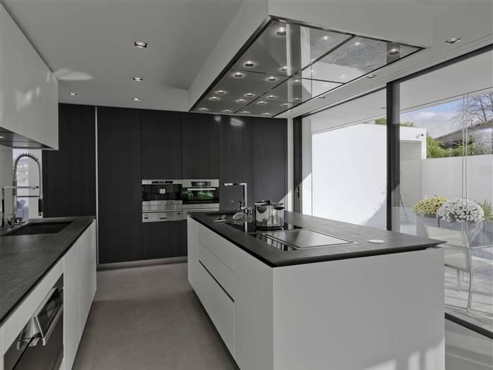 boffi kitchen. like this combo: white cabinets/dark wood, Innenarchitektur ideen