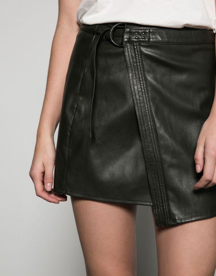 Langer Lederimitat-Rock mit Überschlag und Schnalle. Entdecken Sie diese und viele andere Kleidungsstücke in Bershka unter neue Produkte jede Woche