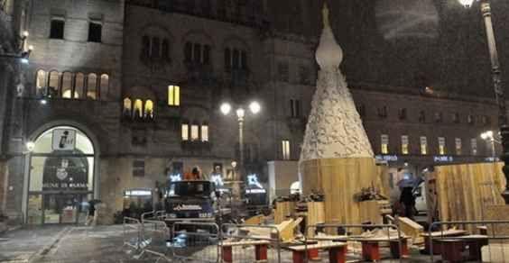 Albero di Natale a pedali e realizzato con materiali di recupero a Parma