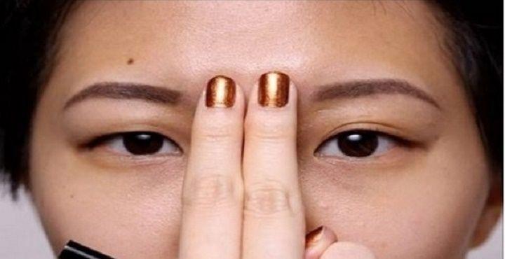 Ela coloca os dedos entre as sobrancelhas - é incrível e você fará o mesmo quando souber o motivo! | Cura pela Natureza