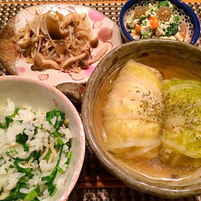 今日の夕飯~ ☆ロール白菜コンソメ味 ☆五目豆リメイク白和え ☆もやしとしめじのガーリック炒め ☆かぶの葉としらす混ぜご飯  ロール白菜のコンソメスープは薄味にして汁物代わりに飲みほせるようにしました♪ ロール白菜ビックサイズでお腹いっぱい(´,,•ω•,,)♡だけど、具材は鶏胸挽肉と白菜の芯でかさ増ししたから、きっとヘルシー!だと信じたい!! - 11件のもぐもぐ - ロール白菜コンソメ味☆五目豆リメイク白和え☆もやしとしめじのガーリック炒め☆カブの葉としらすの混ぜご飯☆ by happyairing69