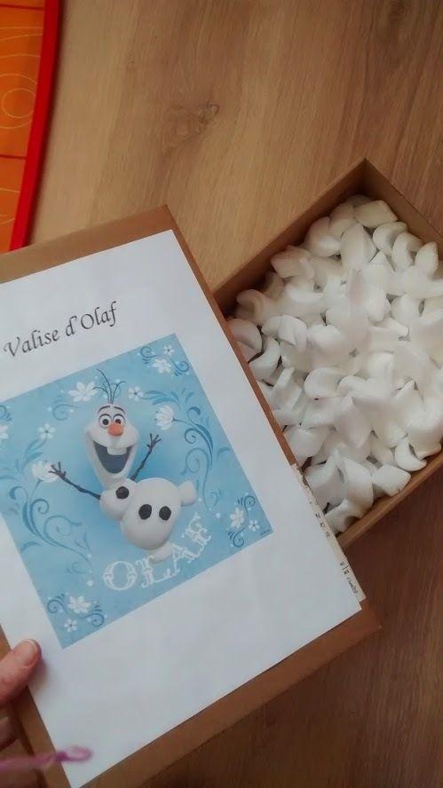 L'anniversaire Reine des Neiges de Mini J : la valise mystère d'Olaf, coffre aux trésors contenant des flocon de neige pour Olaf et des surprises pour les enfants ;)