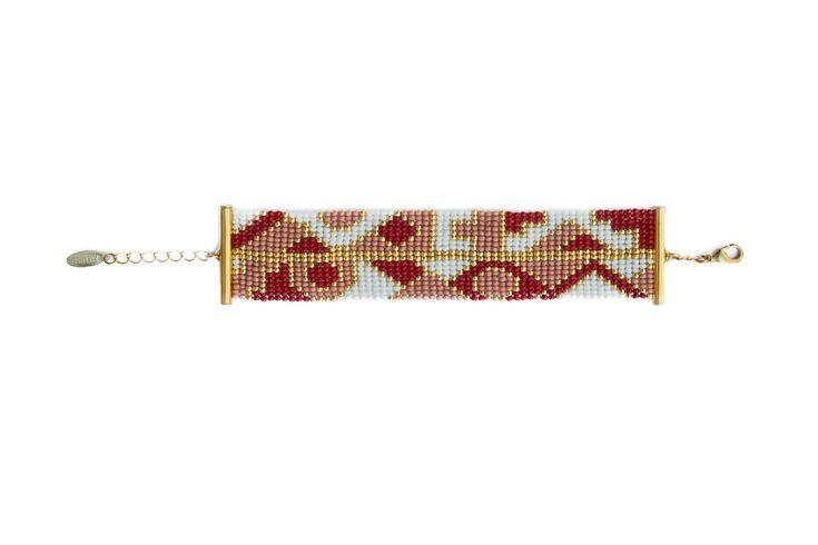 Modèle unique tissé à la main en Afrique du Sud et assemblé en France. Coloris bordeaux, rose, blanc et or. Perles de rocaille et apprêts dorés à l'or fin. Largeur : environ 3 cm. Longueur : la chaînette de réglage permet d'ajuster la longueur à la taille du poignet, de 14,5 cm à 19 cm …