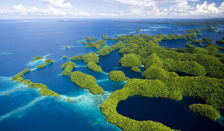 Rock Islands, Palau Em Chalbacheb, Palau, está um fascinante arquipélago que pouca gente alcança e pouca gente sabe sobre. O paraíso intocado ganhou fama após imagens aéreas capturas por fotógrafos começarem a circular na internet. São 250 pequenas ilhas no Oceano Pacífico, com uma população de aproximadamente 20 mil habitantes. Operadoras de turismo fazem passeios de barco até o local.