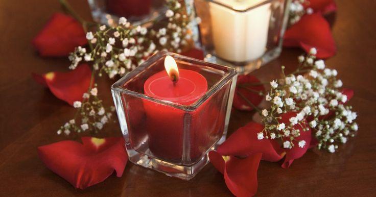 Cómo mantener blanca la gipsófila seca. La gipsófila es una flor delicada que se usa a menudo en ramos, ramilletes y otro tipo de arreglos florales. La flor puede ser de color blanca o variedades de rosa. La gipsófila blanca se usa a menudo como relleno en arreglos florales y en las decoraciones navideñas, ya que da un aspecto nevado a la decoración de estas festividades. Puedes ...