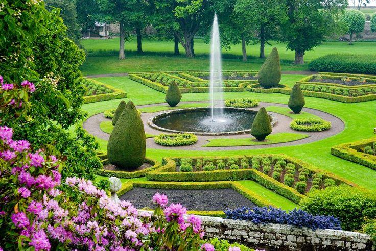 11. Castillo de Dunrobin, Escocia. Jardines del castillo de Dunrobin, Escocia. La influencia francesa se extiende hacia los jardines, terminado en 1850, con Barry que se inspira en el estilo formal francés  de los jardines de Versalles.