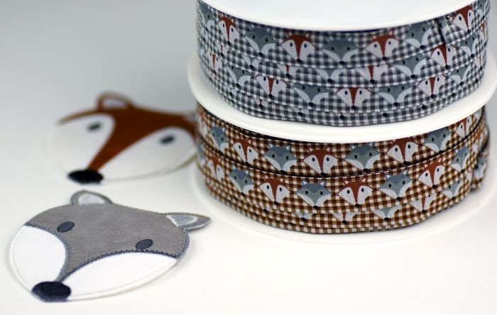 Galonbandjes en applicaties met Vos en Wolf. - Ribbons and patches with fox and wolf.