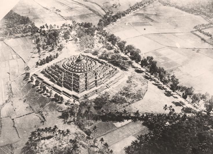 https://flic.kr/p/fqkAv1   Air photo of the Borobudur in 1921-1939   Photographer : Luchtvaart Afdeling Bandoeng Foto Studio. Source : Tropenmuseum