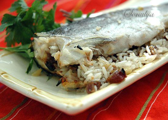 Форель фаршированная рисом и финиками. Приятное сочетание сладковатой начинки и пресноватой рыбы.