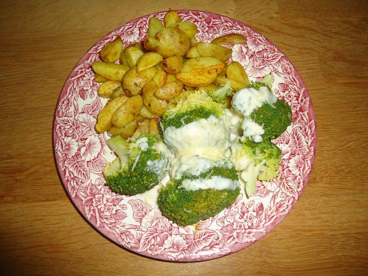 Broccoli met zelfgemaakte kaassaus (Bergkäse) en krielaardappeltjes met schil, knoflook, himalaya zout en kerrie.