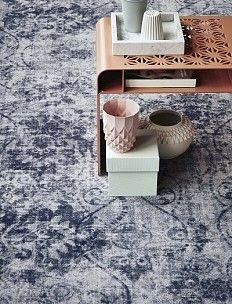 Bonaparte- #vintage- #tapijt- #vloerkleed-shades. Dit vloerkleed doet denken aan denken aan textuur van verwassen jeans en beton. Combineer dit kleed met zachte tinten.