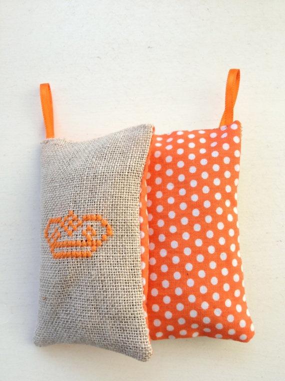 Handgemaakt Koningsdag Kroon Oranje Lavendelzakje stippelstof. €5,00, via Etsy.
