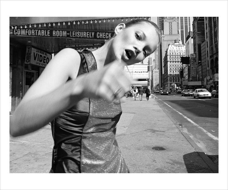 Kate Moss par Glen Luchford, 1994, estimation entre £10 000 - 15 000 http://www.vogue.fr/mode/news-mode/diaporama/kate-moss-chez-christie-s/14265#!kate-moss-par-glen-luchford-1994-estimation-entre-10-000-15-000