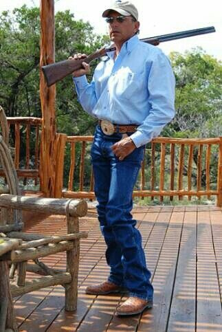 Yes, Mr. Strait, you sure do look fine, fine, fine!  All snugged into those Wranglers and a beautiful blue shirt.