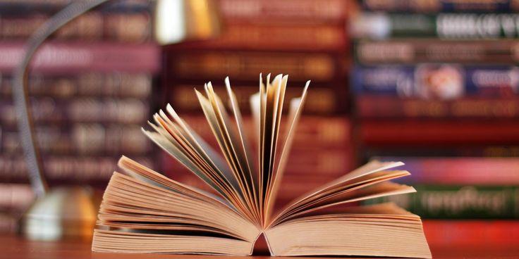 Pessoas que costumam comprar livros usados em sebos frequentemente se deparam com as histórias que os livros não contam: dedicatórias manuscritas que apenas dão pistas de quem um dia os presenteou por algum motivo.
