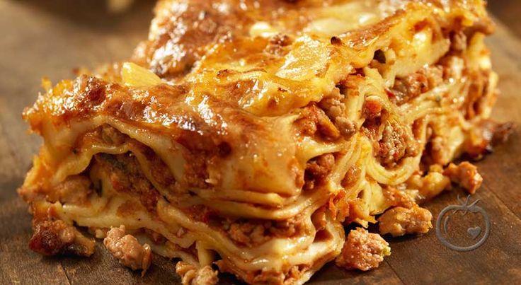 Min beste lasagne Det tar en del tidog arbeid,men du verden så godt det blir på grunn av degode ingrediensene.                 14 stk lasagneplater (helst italienske)Kjøttsaus100 g svinekjøttdeig100 g karbonadedeig50 g fett flesk1 stk løk2 fedd finhakket hvitløk1 stk gulrot1 gren stilkselleri 2 ss smør2 ss tomatpure1 ts tørket oregano2.5 sl kjøttbuljongsaltnymalt