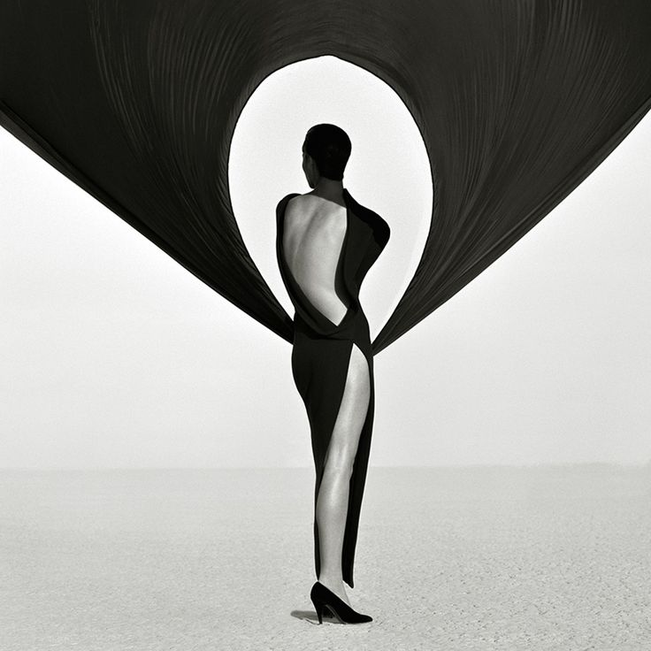 An old design inspiration favorite from the legendary Herb Ritts. I love the movement of the fabric and the sleek, modern lines • • • #FashionPhotography #HerbRitts #Inspiration #Design #JewelryDesigner #LXAntwerp #Fashion #BlackAndWhite
