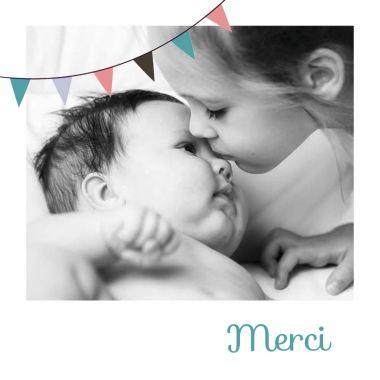 Ajoutez une photo Polaroid à ce modèle de remerciements de naissance à fanions.  http://www.lips.fr/impression/carte-remerciement-naissance/format-130-x-130-2p-modele.html?modele_id=518