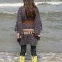 Poncho gemaakt van een pakdeken en prachtig met linten en riem.