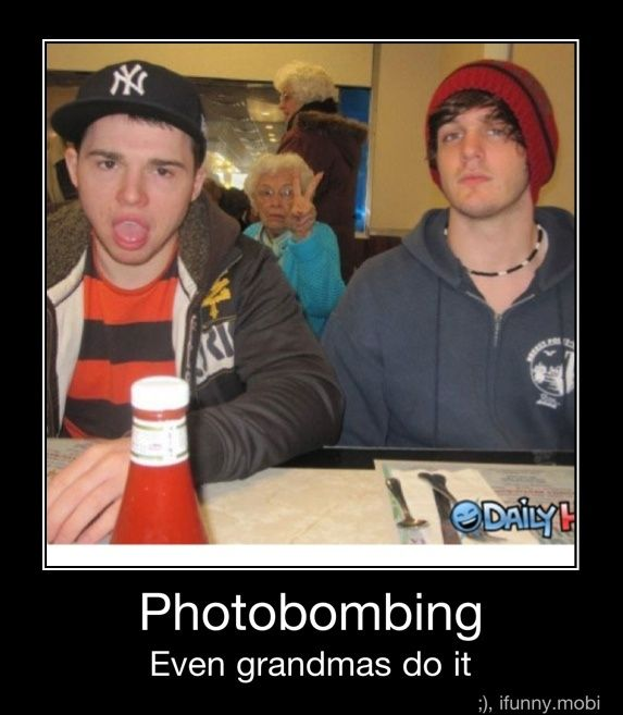 Photos Bombs, Laugh, Old Lady, Peace Signs, Funny Stuff, Humor, Funny Swag Backgrounds, So Funny, Old People
