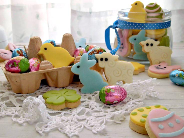 Allegri, divertenti, colorati e golosi, questi fragranti biscotti di Pasqua, faranno impazzire grandi e piccini! Facili da preparare e da decorare con la