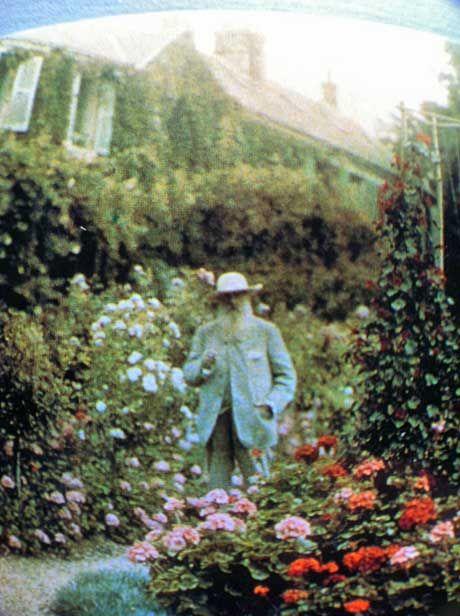 Claude Monet recorriendo su jardín de Giverny. La pintura al aire libre (plein air) fue una práctica que los artistas impresionistas implementaron en su afán de capturar la luz del natural y las atmosferas en sus obras. Monet salía con su cabellete y su paleta a pintar al aire libre en su propio jardín y en su bote taller en el que recorría el estanque y desde donde pintaba las plantas acuáticas. La foto está coloreada como se acostumbraba a principios del s.XX.