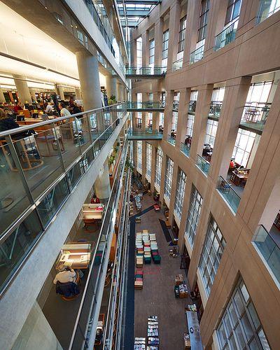 En: «Double Jeopardy» (1999), «Sixth Day» (2000), «Passengers» (2008), «88 Minutes» (2008), «The Imaginarium of Doctor Parnassus» (2009). Biblioteca Pública de Vancouver, Columbia Británica, Canadá. Inaugurada en 1887. El edificio actual es de 1995. Sus primeros fondos procedían del Instituto Literario Hastings, que había cerrado. Fotografía de Frank Fujimoto. http://www.vpl.ca/