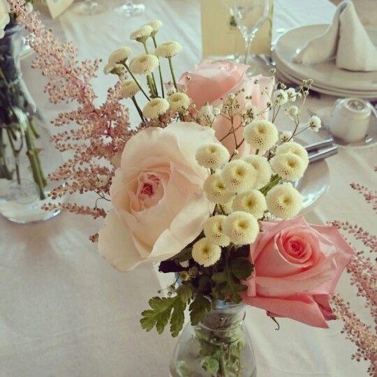 Centro de mesa. Boda romántica y vinilos. Paniculata,  tanacetum baya rosa David Austin y rosa de Ecuador.