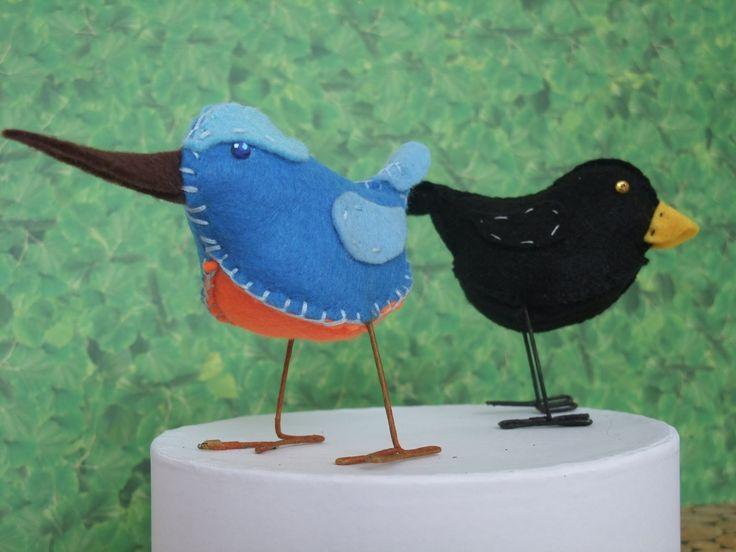 Odlatują, zostają, śpiewają lub skrzeczą, latają lub nie, mają ciekawe zwyczaje, najróżniejsze wielkości, upierzenie czy miejsca zamieszkiwania. Projekt poznawania ich zakończony wykonaniem symbolicznych ptaków nawiązujących do rodzimych gatunków - zobacz i poczytaj na http://www.educarium.pl/index.php/kaczik-plastyczny/387-ptakizfilcu.html .