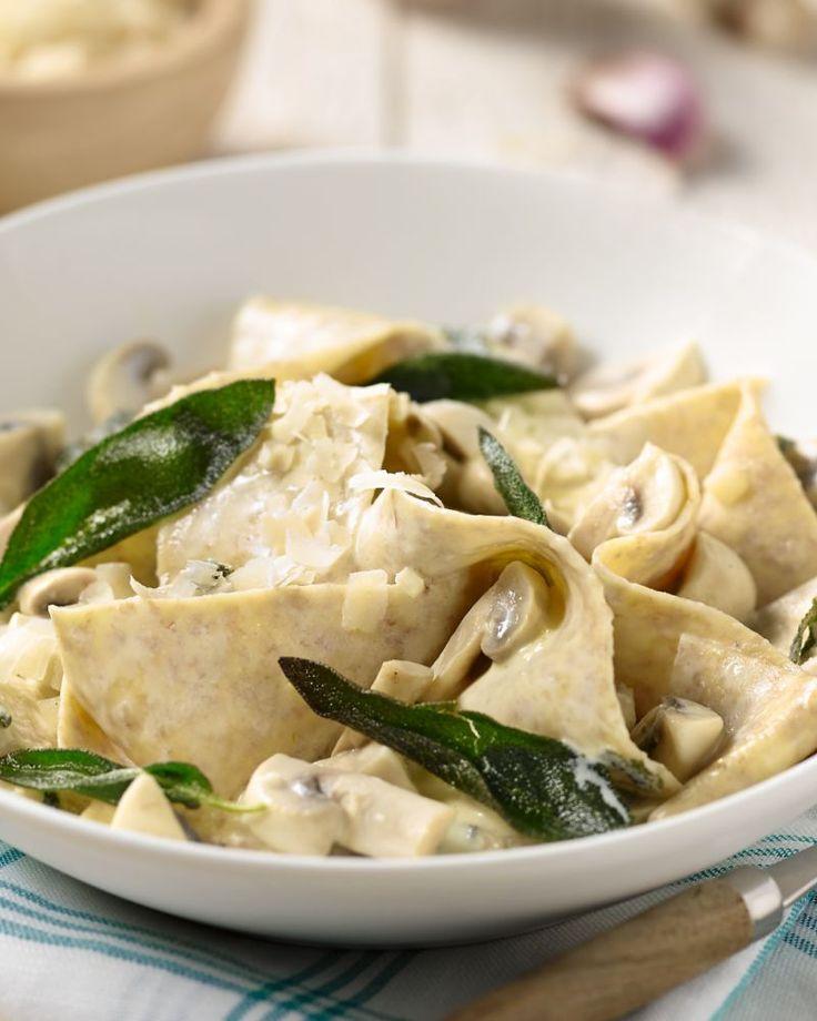 Deze volkoren pasta met kip is een makkelijk en snel receptje voor doordeweeks. Een heerlijke combinatie met de salie en een toets van citroen.