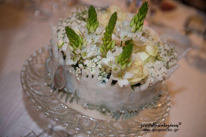 χειροποίητη κέρινη τούρτα με τριαντάφυλλα, γυψοφύλλη, ορνιθογκάλουμ. Στολισμός τραπεζιών δεξίωσης γάμου. white wedding table decoration with handmade wax cake with fresh flowers