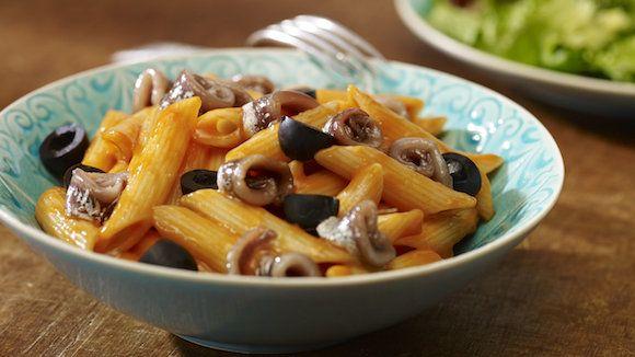 Knorr tomatencrème met een handvol zwarte olijven en in vloeibare margarine gesauteerde ansjovis. Probeer zeker dit makkelijke recept voor pastasaus.