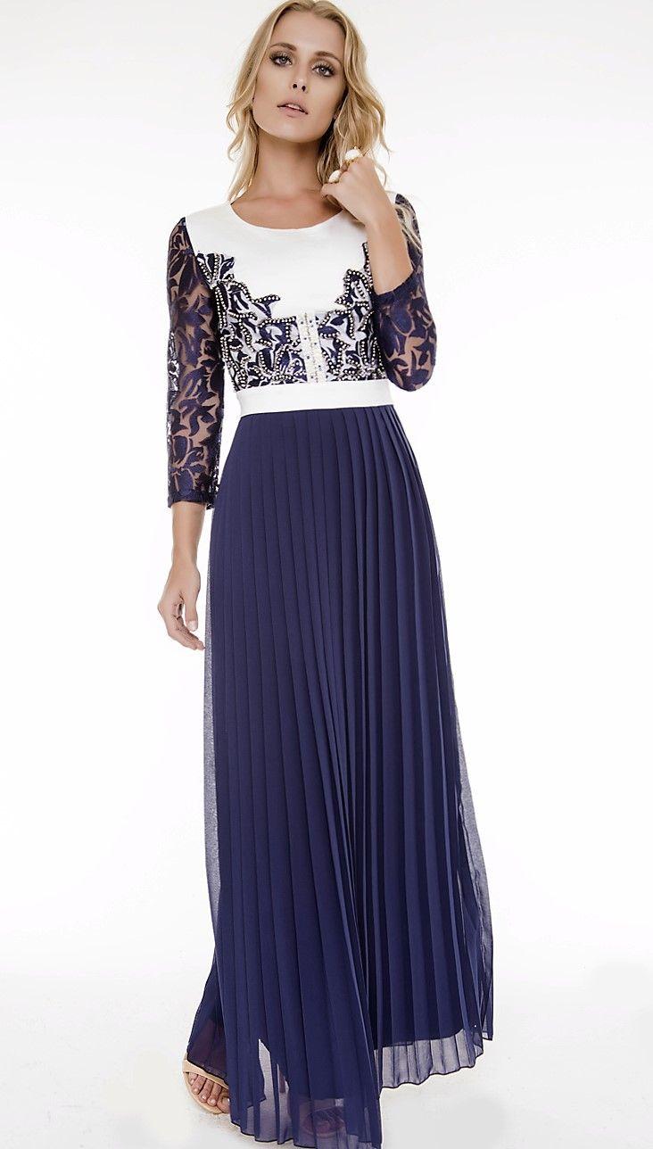 """Vestido Fasciniu's confeccionado em tecido de Crepe com efeito plissado, proporcionando ao look luxo e elegância. Seu diferencial fica evidenciado pelo trabalho """"handmade"""" no busto, com aplicações de canutilhos e pérolas. As mangas desta peça foram elaboradas em tecido de Tule Lux Tuiling. #handmadedress #vestidoplissado #bluedress #fascinius"""