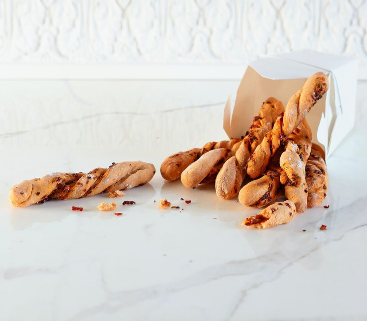 Diese mit Dörrtomaten, Tomatenpüree und Thymian gewürzten kleinen Baguettes sind ein feines Apéro-Häppchen oder eine Salatbeilage.