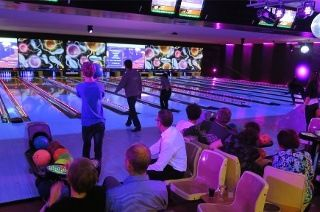 2 uur bowlen met een hoofdgerecht naar keuze bij Sport- en partycentrum De Kegel vanaf 4 personen