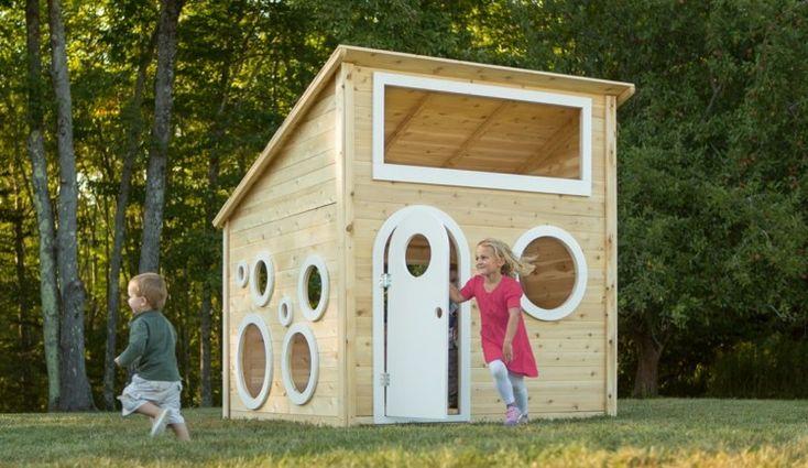 Kinderspielhaus mit weißer Tür und mehreren runden Fenstern