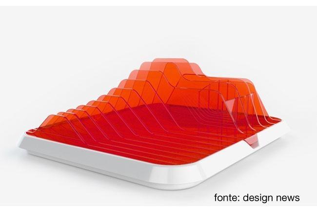 GUZZINI-Il designer francese Ora Ito, progetta un accessorio per cucina composto da una base per tagliare il pane e due speciali portapiatti. Estetica futuristica per un oggetto utile ed elegante.
