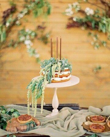 Свадебный торт - это один из главных фигурантов на любой свадьбе. Он должен полностью вписываться, подчеркивать и сочетаться с деталями вашего дня, с оформлением и концепцией. Но, что не менее важно, он должен быть вкусным!  Этот изумительный красавец от наших коллег-кондитеров, которые творят безумно вкусные десерты 😋 ванильные, шоколадные, банановые, лимонные, морковные... Всегда свежие ягоды и натуральность во всем 😻🍰