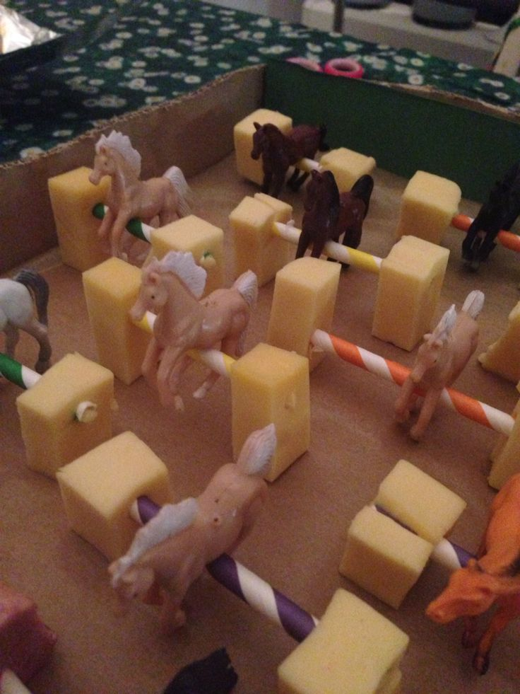Springende paardjes, traktatie van plastic paardjes op papieren rietjes in blokjes kaas of worst