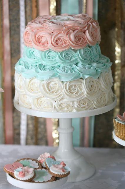 Bolo lindo e delicado misturando azul e rosa :)