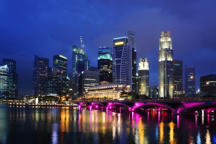 Walk over the Esplanade Bridge Singapore in the evening and have a very local experience. The locals take in the sights of the city in the evening as it is too hot during the day! #singaporeheat