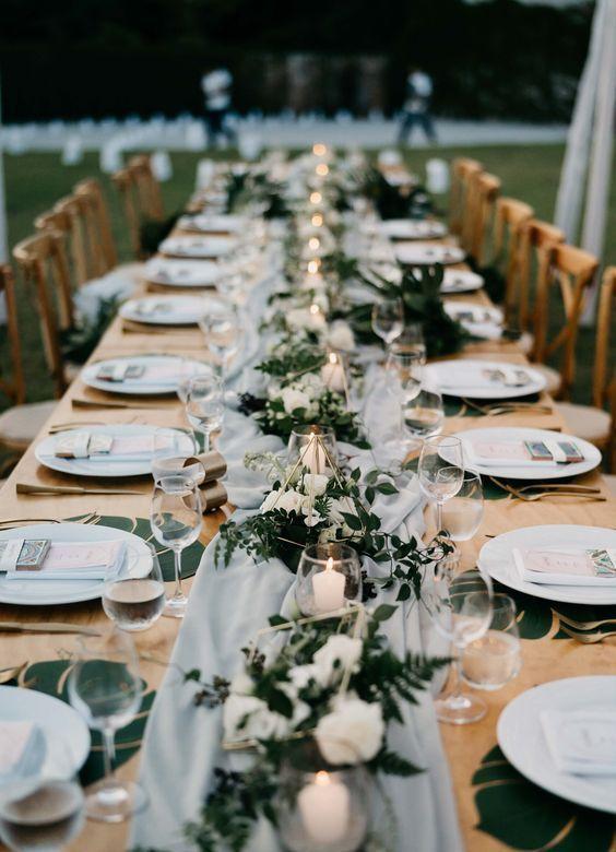 ein langer Tisch mit einem luftigen grauen Tischläufer, Kerzen in Glaskerze …  – Hochzeitsdekoration