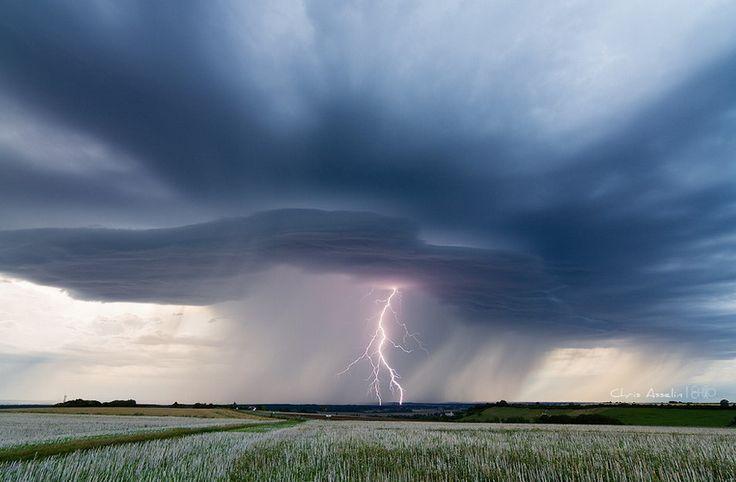 podemos ver un campo de trigo y en el cielo una tormenta eléctrica