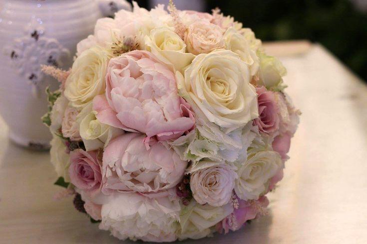 VÝZDOBA KOSTOLA A SVADOBNEJ HOSTINY KATKY A JURAJA Výzdoba kostola a svadobnej hostiny Katky a Juraja rozkvitla v Lednických Rovniach. Bola plná voňavých pivoniek, ruží, hortenzií, papuliek a iných jemných kvetov. Stoličky mladomanželov sme ozdobili venčekmi z gypsomilky a servítky tiež. Nechýbalo ani množstvo sviečok, starodávnych fliaš, svietnikov, fotorámikov a iných doplnkov, ktoré navodili atmosféru v shabby štýle, ktorý Katka miluje.