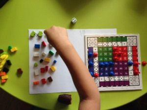 Muredo is een bordspel. Je speelt het spel door keersommen (vermenigvuldigen) te dobbelen en natuurlijk te berekenen.